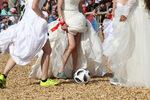 Фотогалерия: Футбол в булчински рокли