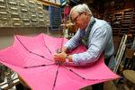Фотогалерия: Кой ремонтира чадърите на Париж
