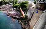 Фотогалерия: Скокове от 24-метровия Стари мост