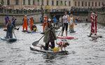 Снимка на деня: Със сърф по каналите на Санкт Петербург