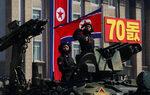 Фотогалерия: 10 хиляди военни на парад в Пхенян