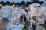 Фотогалерия: Вечеря за 6500 души в бяло
