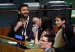 Снимка на деня: Бебе в ООН