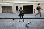 Снимка на деня: ''Безстрашното момиче'' се изправи на новото си място