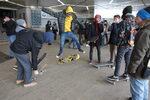 Снимка на деня: Със скейт срещу наредба