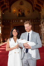 Снимка на деня: Принц Хари и Меган Маркъл представиха сина си