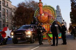 Фотогалерия: Засилени мерки за сигурност на парада за Деня на благодарността в САЩ