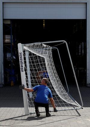 Фотогалерия: Как полска фирма прави вратите за световното по футбол