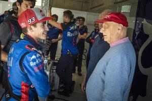 Фотогалерия: Шампионът в MotoGP Марк Маркес зад волана на болид от Формула 1