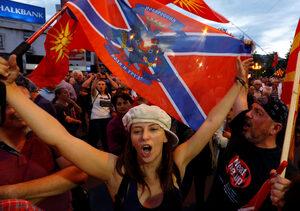 С Гоце Делчев и знаме на Новорусия в Скопие протестират срещу промяната на името