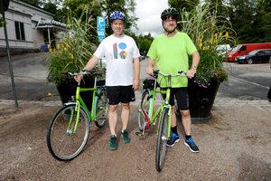Снимка на деня: Двама премиери празнуват независимост върху велосипеди