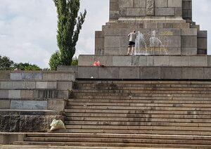 Снимка на деня: Паметникът на съветската армия осъмна с боя