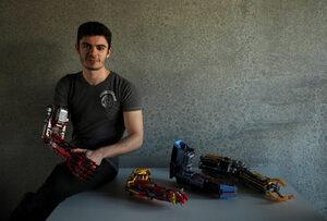 """Тийнейджър създава протезни ръце от """"Лего"""""""