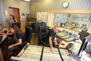 Новините в радиостанциите намаляват за сметка на музиката