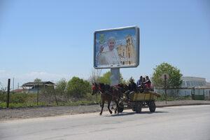 Снимка на деня: Град Раковски в очакване на папа Франциск