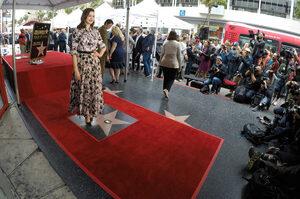 Снимка на деня: Звездата на Ан Хатауей изгря на Алеята на славата