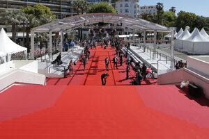 Снимка на деня: Червеният килим на Кан в очакване на звездите