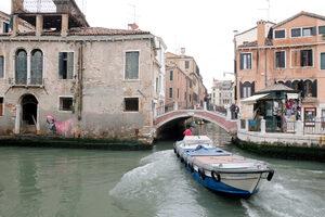 Снимка на деня: Новата творба на Банкси във Венеция