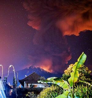 Снимка на деня: Изригването на Агунг на остров Бали