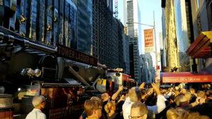 Видео: В Манхатън токът спира, шоуто - не