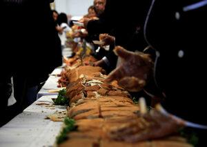 Снимка на деня: Сандвич като за рекорд
