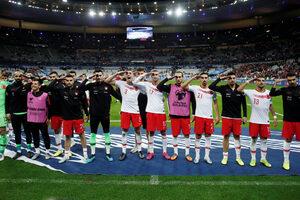 Снимка на деня: Военен поздрав и от Париж - посланието на турските футболисти