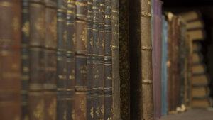 Мъж и жена бяха задържани заради продажба на над 90 старопечатни книги