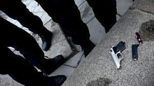 Мъж стреля с газов пистолет по протестиращи в Перник