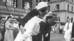 """Почина морякът от прочутата снимка с целувката на """"Таймс скуеър"""""""