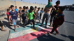 """Снимка на деня: Децата, които """"мразят"""" кюрдкото знаме"""