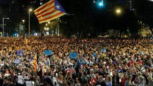 Близо 200 000 души протестираха в Барселона след задържането на каталунски активисти