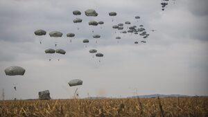 Фотогалерия: Съвместен скок на американски и сръбски военни