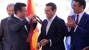 Снимка на деня: Македония получи ново име, Ципрас - нова вратовръзка