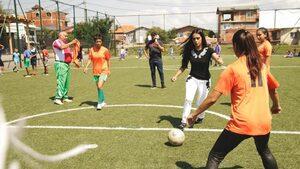 """Снимка на деня: Принцесата на Катар играе футбол с деца във """"Факултета"""""""