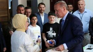 Ердоган печели изборите за президент и ще има мнозинство в парламента, сочат първите резултати