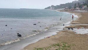 """Десетки чували със смет плуват в морето край варненския плаж """"Кабакум"""" (видео)"""