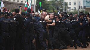 Фотогалерия: Протест с горяща вълна и разлято мляко