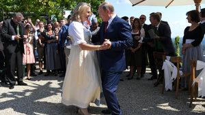 Снимка на деня: Булката танцува с Путин