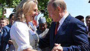 Австрийският външен министър бе критикувана заради реверанс към Путин на сватбата й (видео)