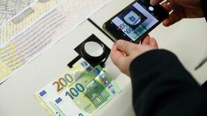 ЕЦБ представи по-трудни за фалшифициране нови банкноти от 100 и 200 евро