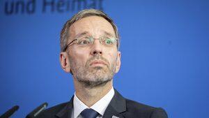 Австрийският вътрешен министър бе обвинен в опит да ограничи контактите между полицията и медиите