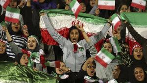 За пръв път от 40 години жени присъстваха на футболен мач в Иран