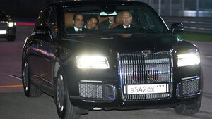 Снимка на деня: Путин повози президента на Египет с руска лимузина