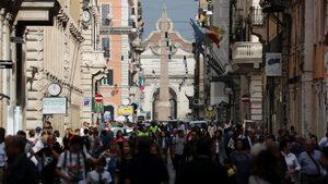 """Рим е гаден"": Проблемите на града се множат, а кметът е изправена пред двоен тест"