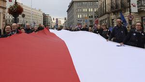 Разделена и в изолация, Полша чества стогодишнината от своята независимост