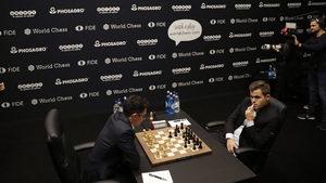 Карлсен съжали за подхода си след седмото поредно реми с Каруана в мача за короната