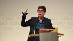 Кандидат за поста на Меркел не изключва квота за жени в парламента