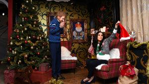 Снимка на деня: Принц Хари и Меган по коледни пуловери