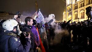 """Фотогалерия: Протести срещу """"робския закон"""" в Унгария"""