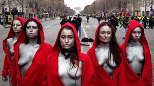"""Снимка на деня: """"Свободата"""" с червена качулка"""
